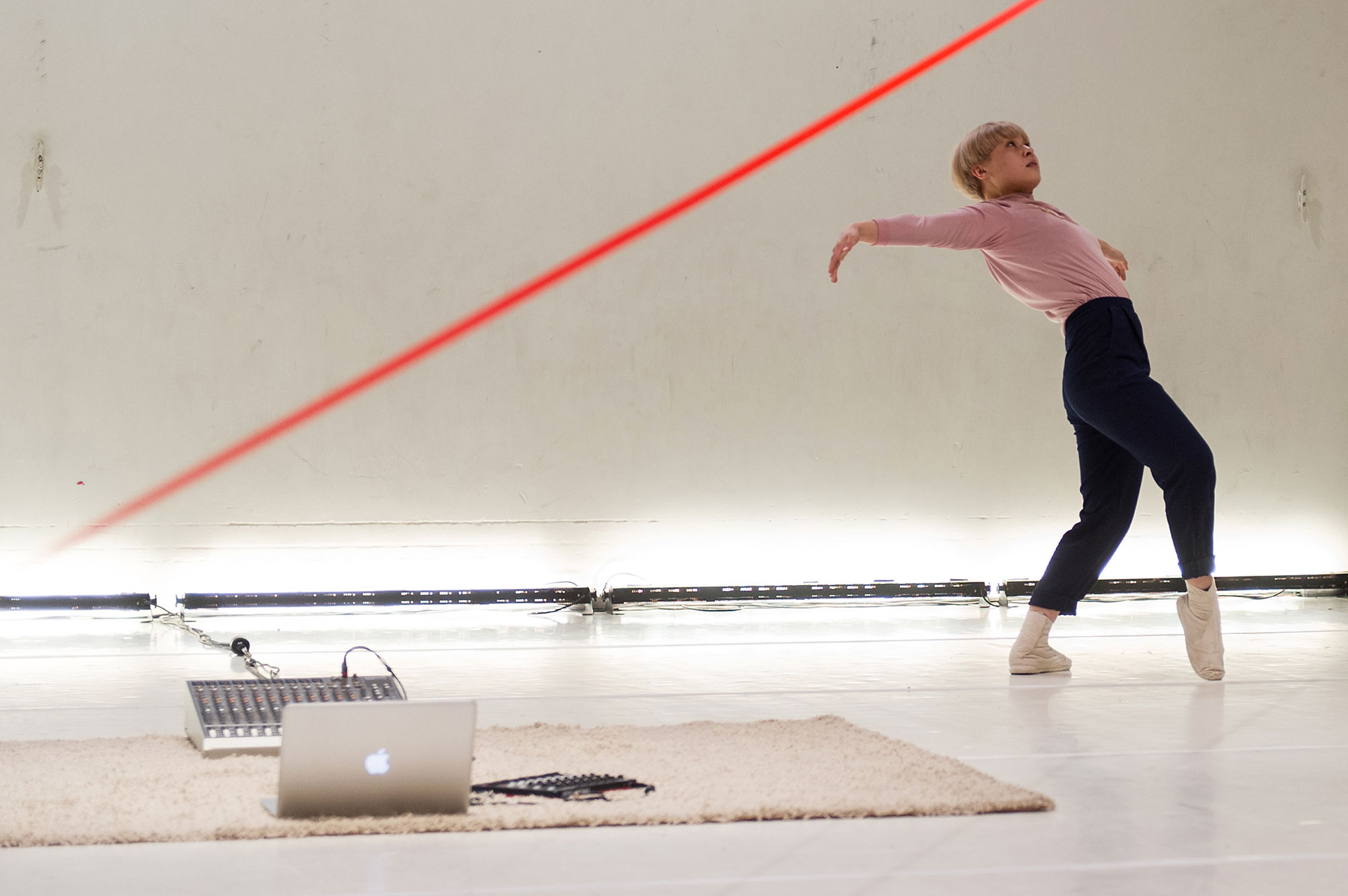 'h e s o', choreography: Mao Nakagawa, graduation performance, School for New Dance Development, 2017. Photo: Nellie de Boer.