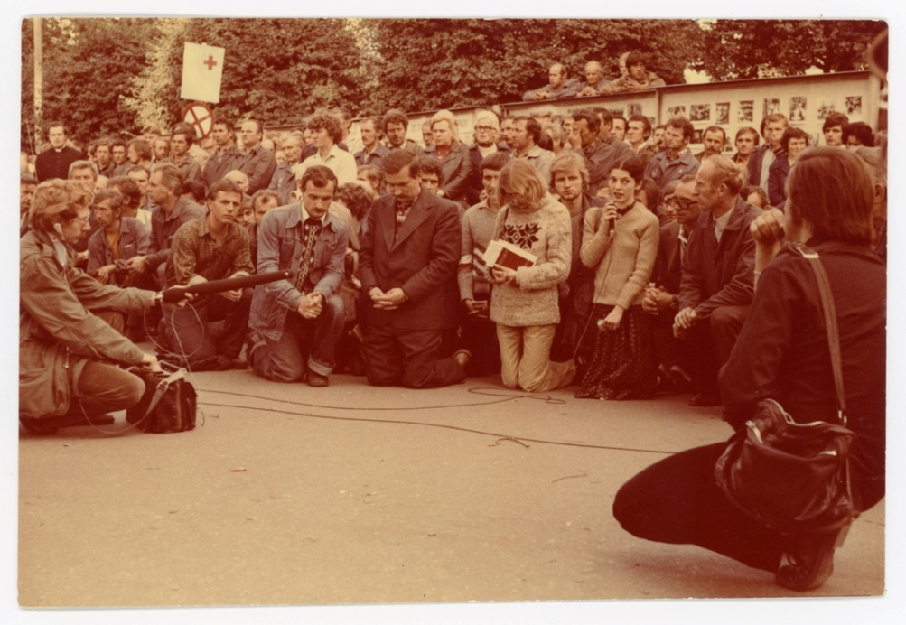 Prayer at August strikes, Gdańsk Shipyard, 1980. Photographer unknown / collection of the European Solidarity Centre.