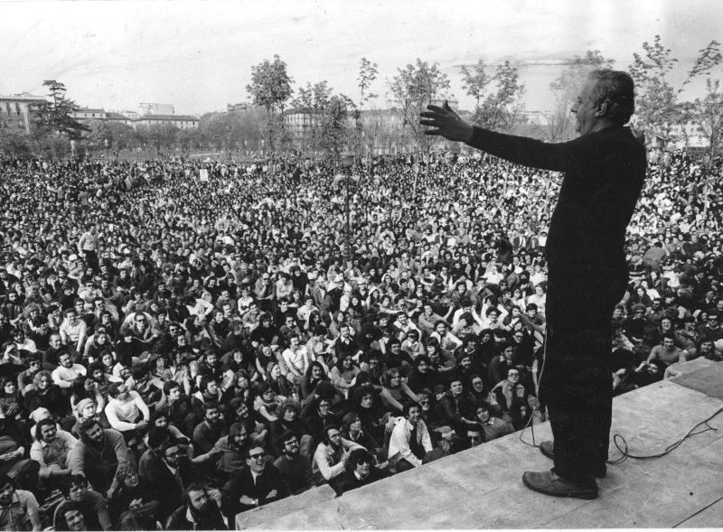 Dario Fo in front of his audience at Palazzina Liberty, Milan. Source: European Collected Library for Artistic Performance.
