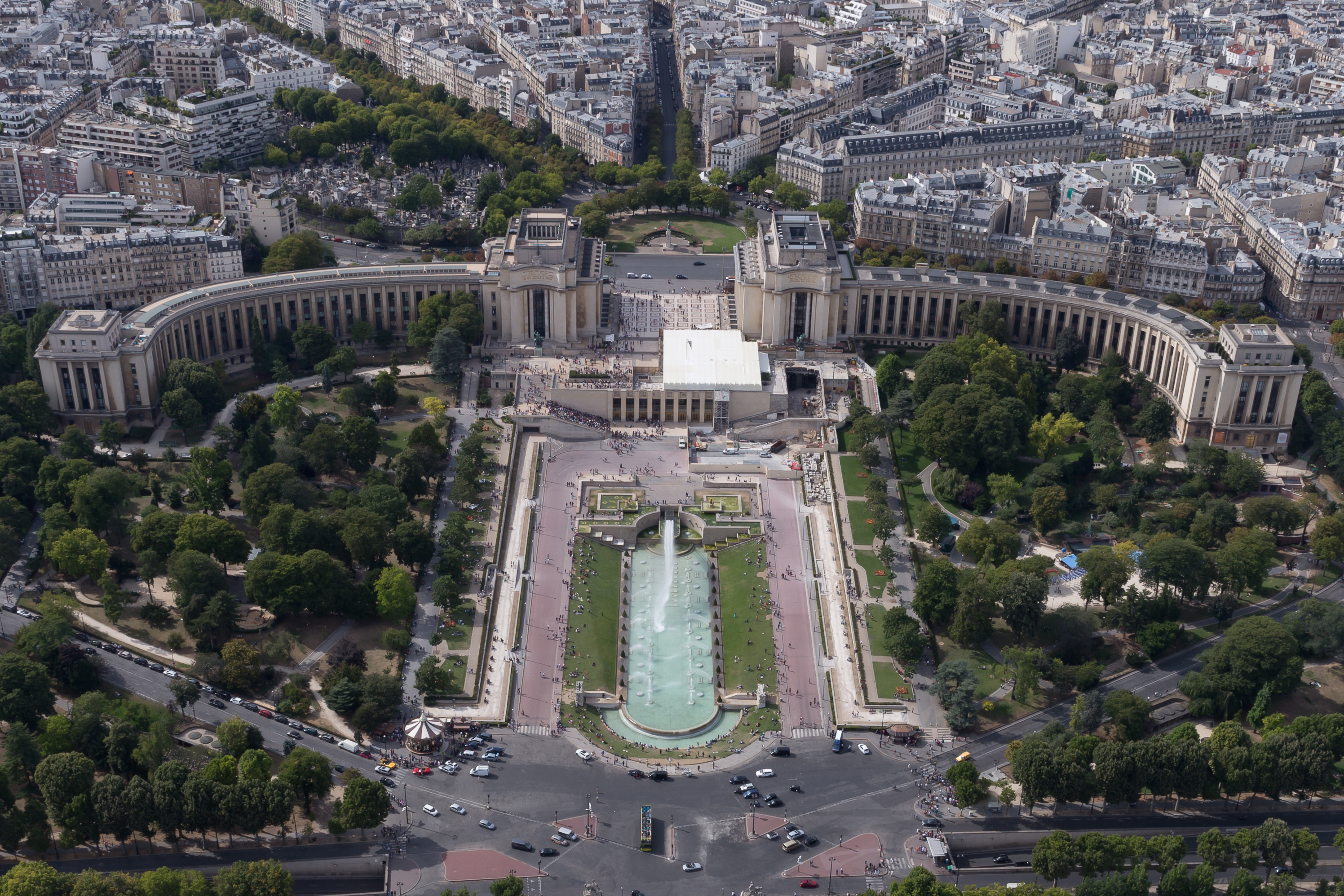 The Eiffel Tower facing southeast from the Palais de Chaillot and the Jardins du Trocadéro [former seat of Jean Vilar's Théâtre National Populaire]. Photographer: William Crochot / Wikimedia Commons, CC BY-SA 4.0.