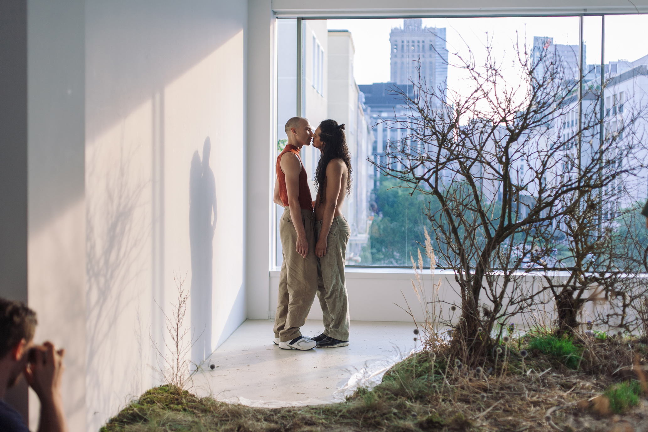 <i>Nim zakwitnie tysiąc róż (z Warszawą w tle)</i> [<i>Until a Thousand Roses Bloom (with Warsaw in the Background)</i>], Alex Baczyński-Jenkins's performance, Warsaw, 2018, photo: K. Zajączkowska. Courtesy: artist & Foksal Gallery Foundation
